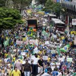 Cientos de personas realizaron una protesta ayer en la Avenida Paulista, principal arteria de la ciudad de Sao Paulo, para pedir la destitución de la presidenta Dilma Rousseff. foto EDH / EFE