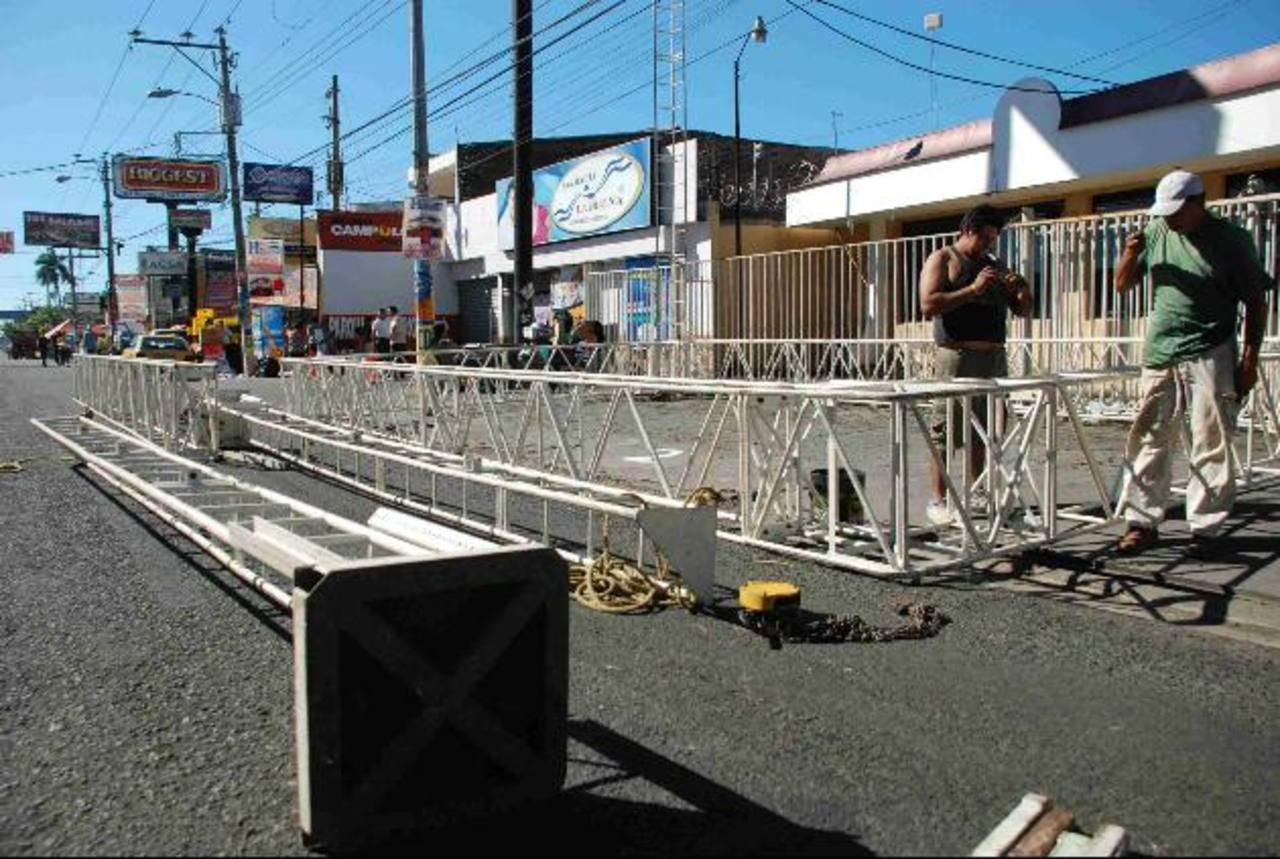 Las agrupaciones musicales inician el armado de sus escenarios en la mañana del sábado, razón por la que los cierres de vías son tempraneros. foto edh / archivo.