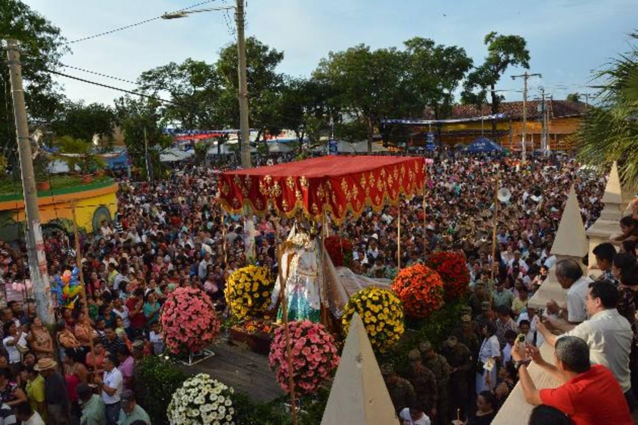 Millares de católicos participaron en la procesión de la Virgen de La Paz en San Miguel. Fotos EDH / CARLOS SEGOVIA