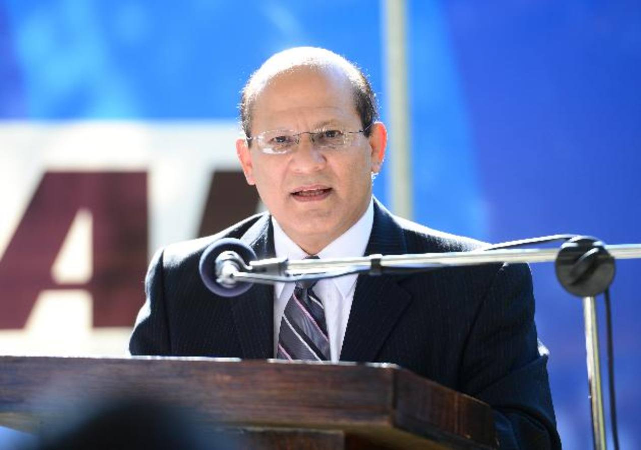 El Dr. Luis Aguiluz al momento de recibir la distinción del Banco Industrial a través de su programa Cívico Permanente.