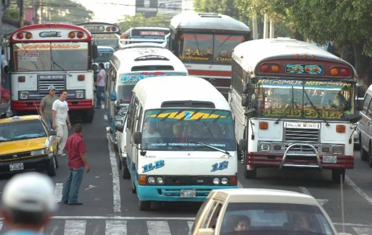 El transporte público de pasajeros del AMSS podría pasar de recibir un subsidio fijo de $400 para buses y $200 para microbuses a uno por pasajero movilizado. FOTO EDH/ARCHIVO