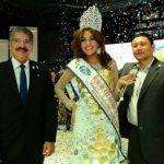 La reina del carnaval migueleño, Mireya Álvarez, posa junto a los alcaldes de San Miguel Wilfredo Salgado y de San Salvador, Norman Quijano.