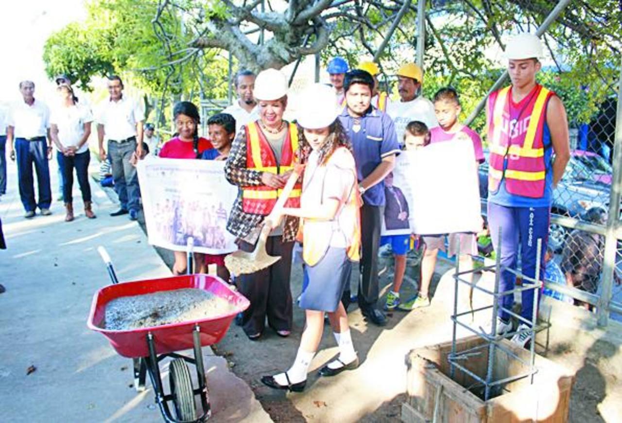 Al acto de colocación de la primera piedra asistieron representantes de los centros escolares y autoridades locales.