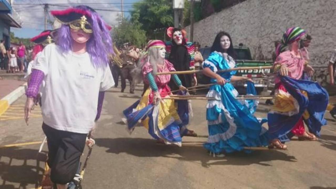 Los tradicionales personajes mitológicos encabezaron el desfile.