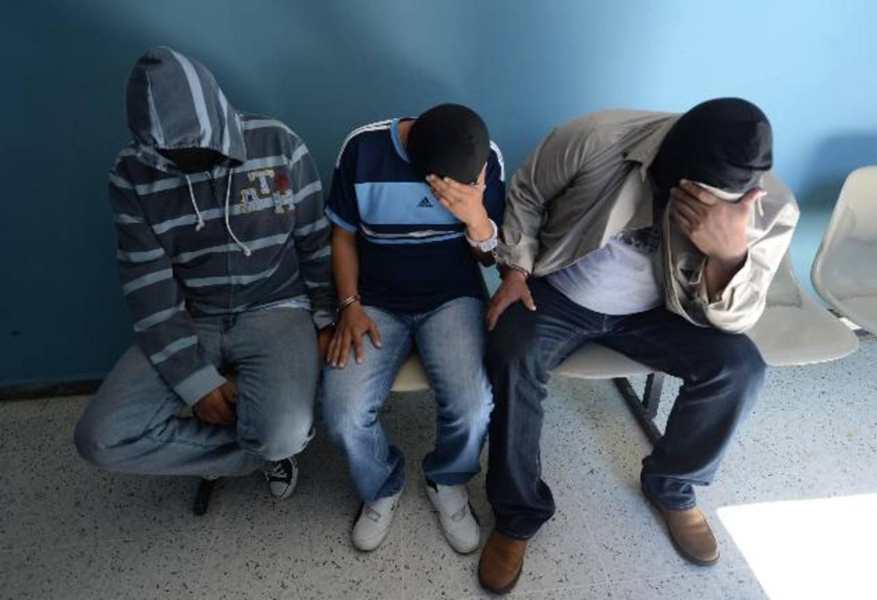 El Juez 8º de Paz ordenó que los tres policías sigan siendo procesados por extorsión pero en libertad. Foto EDH/Archivo.