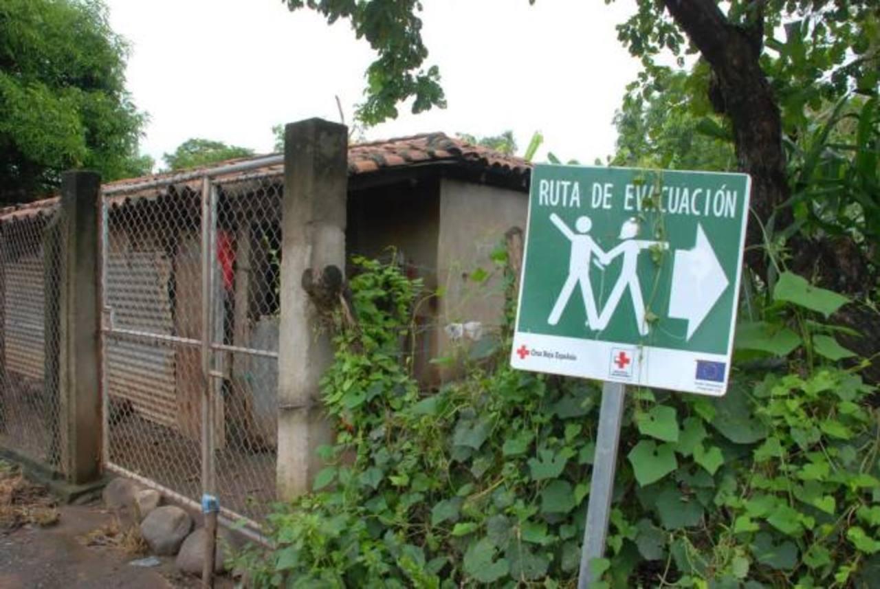 La hacienda y caserío San Isidro, del cantón Siramá, es otra zona propicia a inundaciones. Una adolescente cruza la calle central del caserío San Cayetano, cantón Siramá, una de las áreas de alto riesgo a las inundaciones. fotos edh / insy mendoza