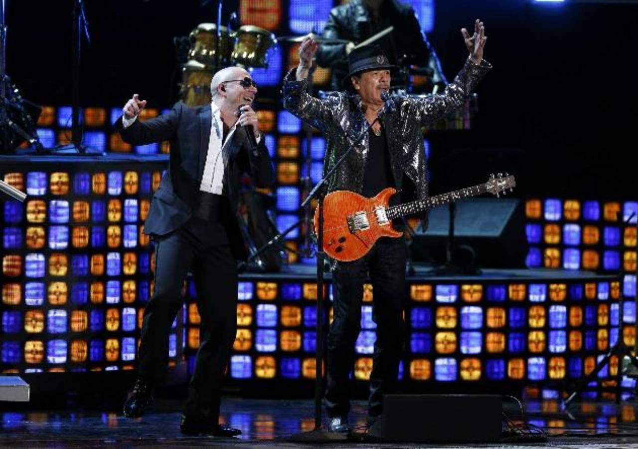 Las estrellas de la música Pitbull y Carlos Santana en el escenario de la edición 15 de los Latin Grammy, en Las Vegas, Nevada. Foto EDH/ AP/ Reuters/ EFE