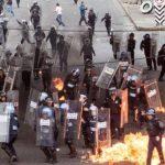 Encapuchados y policías chocan tras marcha por 43 desaparecidos en México