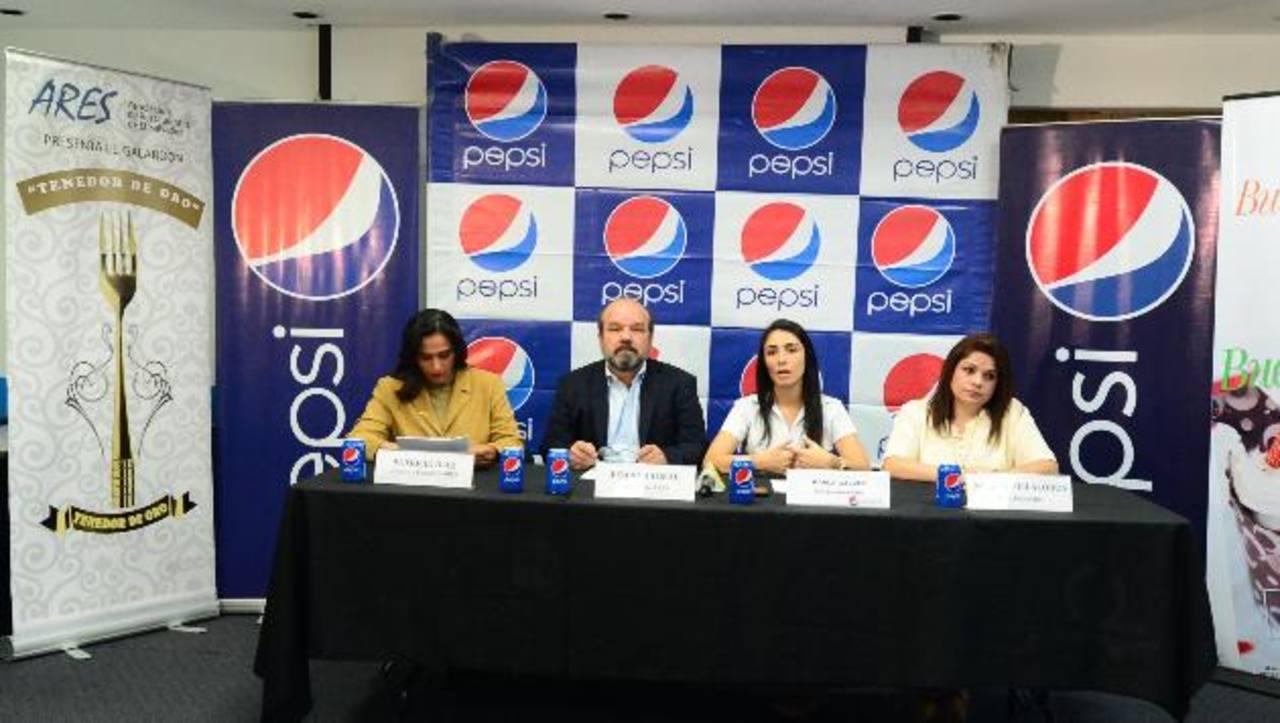 Patricia Díaz, directora ejecutiva de ARES; Pedro Dalmau, presidente de Ares, y Karla Gálvez, jefa de marca de Pepsi. foto edh / Cortesía
