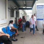 Varias personas permanecen en una de las entradas del hospital Nacional San Rafael, en Santa Tecla. foto edh