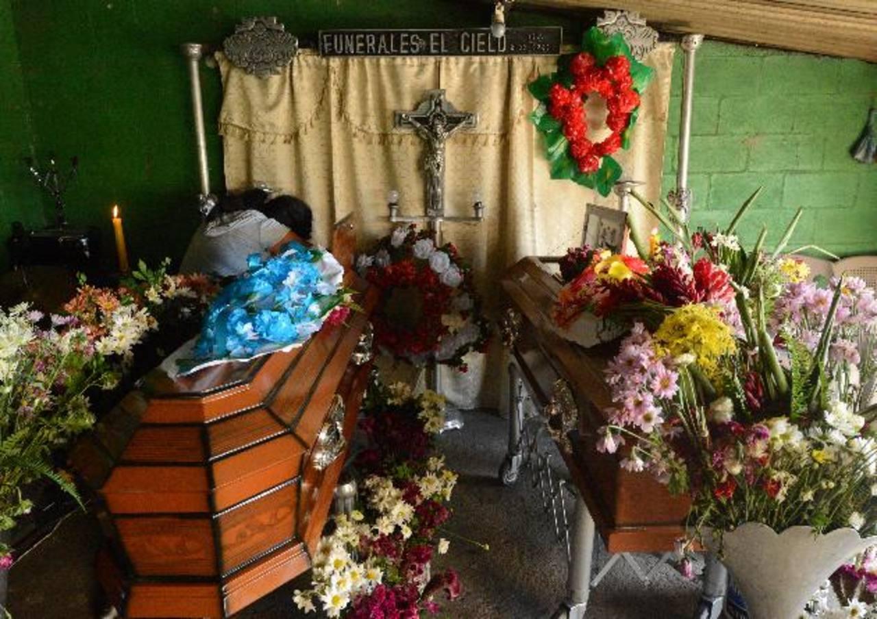 Manuel de Jesús y su hermano Luis Ángel Zepeda Castillo, de 35 y 27 años, fueron sepultados en Santa Tecla. Los mataron y torturaron en San José Villanueva. Foto EDH / Douglas Urquilla.