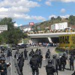 Un grupo de maestros del estado mexicano de Guerrero se enfrentó con la policía estatal tras incendiar la sede del Partido Revolucionario Institucional (PRI) en Chilpancingo.