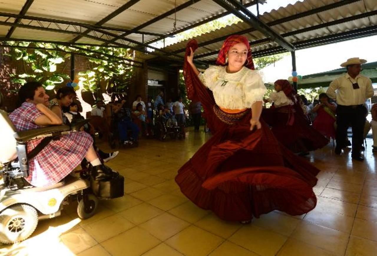 Jóvenes de la Casa de la Cultura de Panchimalco llegaron al hogar realizaron una presentación. foto EDH / marvin recinos