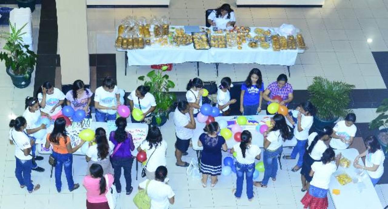 Jóvenes que participan en los Clubes de Emprendimiento mostraron sus productos a los empleados del banco. foto edh / René Estrada