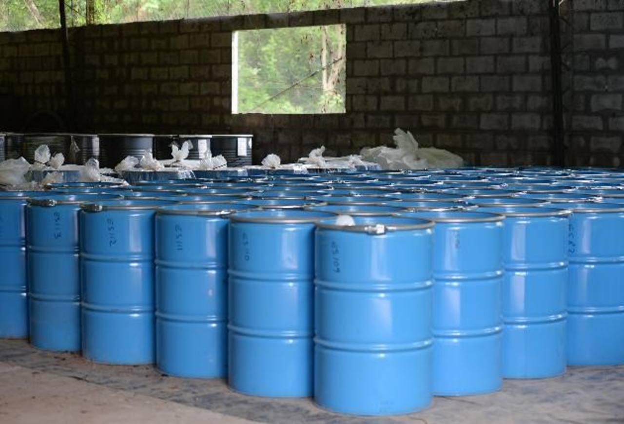 El material tóxico fue embalado en junio por la empresa responsable de su traslado y destrucción. Foto EDH / archivo