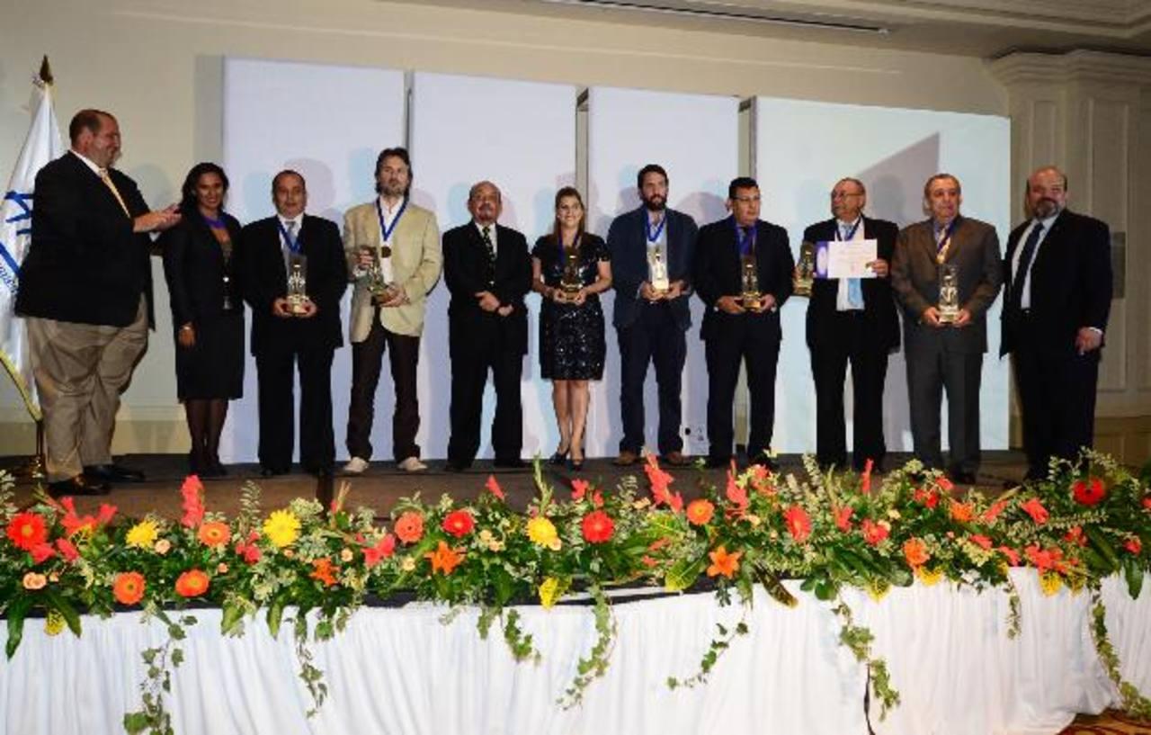 Algunos de los ganadores del concurso Tenedor de Oro 2014, organizado por la Asociación de Restauranteros y la Revista Buen Provecho, de El Diario de Hoy.