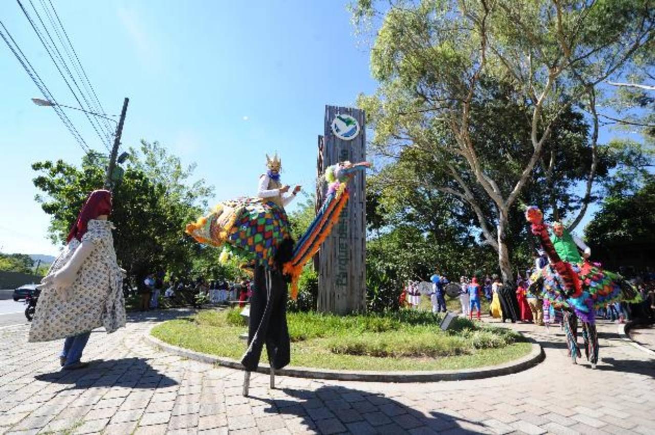 Las avestruces gigantes participaron del desfile junto a la Banda Bicentenario e invitados especiales. Foto EDH / Claudia Castillo