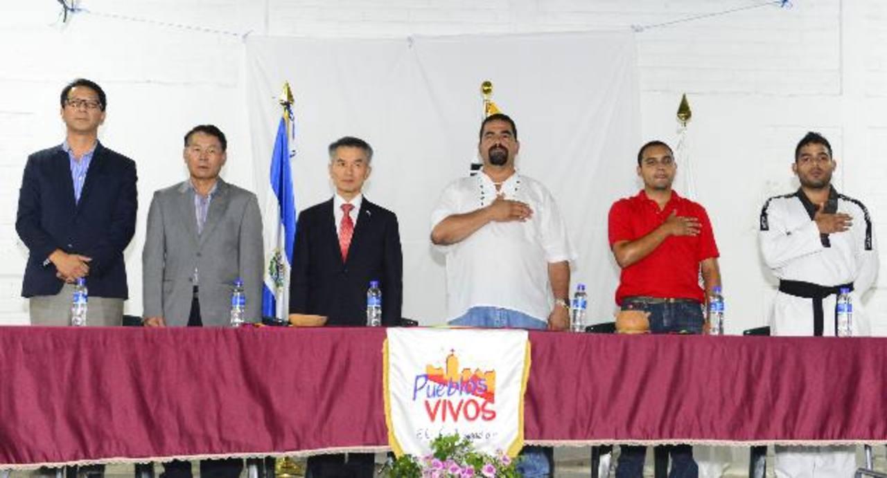 Representantes del KOICA, Embajada de Corea y la alcaldía de La Palma durante la inauguración del evento en la casa comunal de la ciudad. Foto EDH / René Estrada