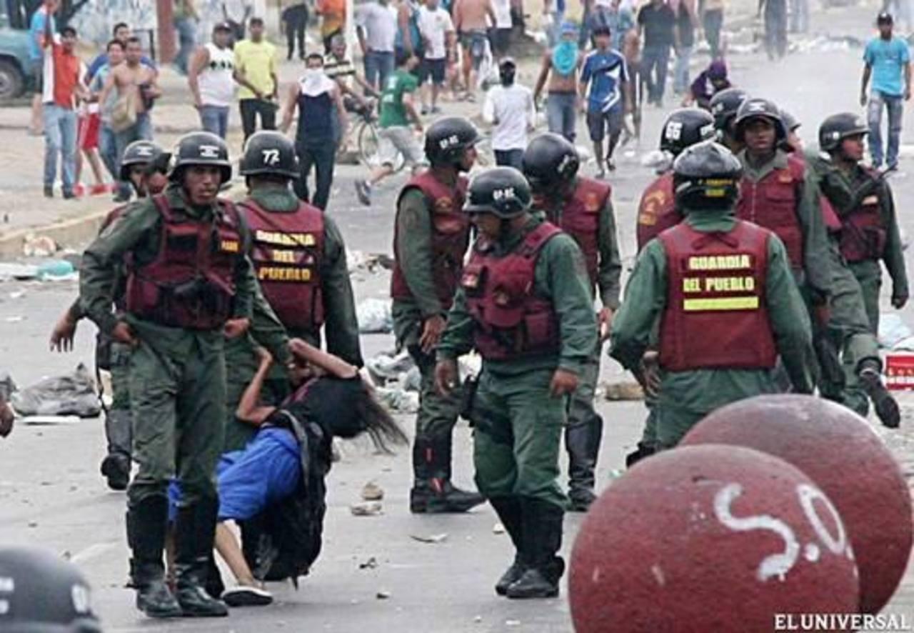 Imagen del 24 de febrero de una mujer que es golpeada por efectivos de la Guardia Del Pueblo mientras disipaban una protesta. Foto edh / archivo
