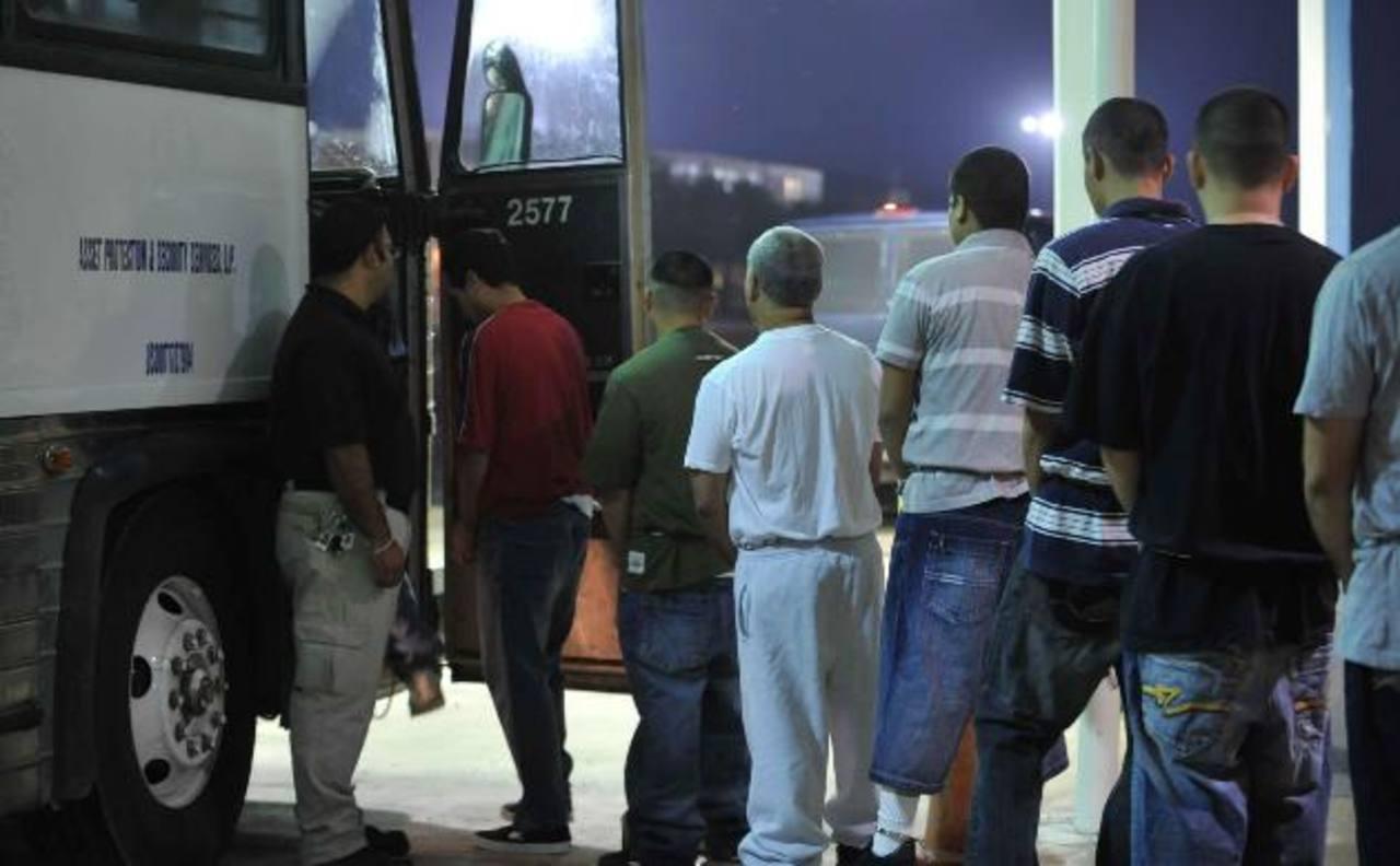 Inmmigrantes indocumentados salvadoreños son deportados desde EE. UU., algunos con antecedentes penales. foto edh/archivo