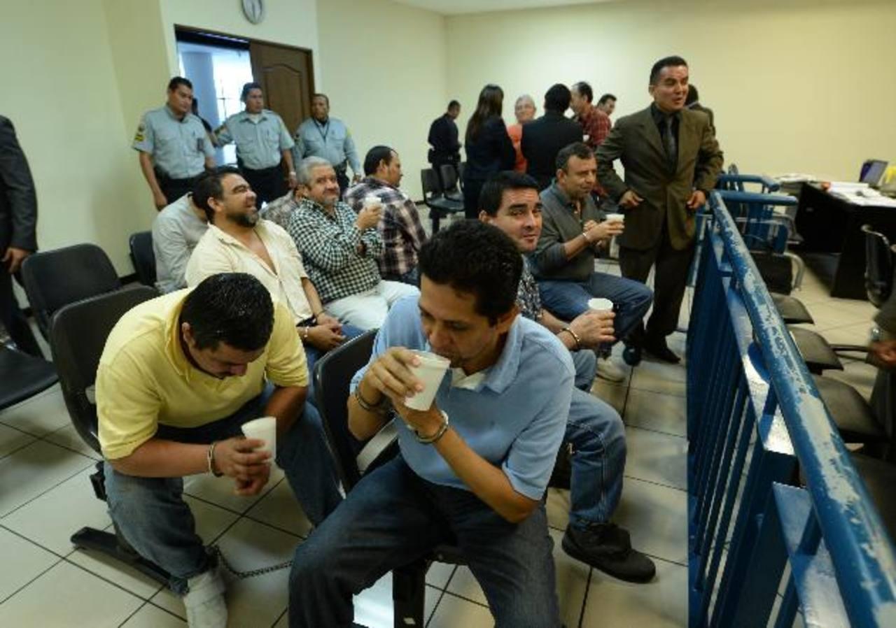 Jorge Ernesto Ulloa Sibrián (camisa verde) espera junto a otros 15 procesados la continuación de la vista pública. Foto EDH / Archivo