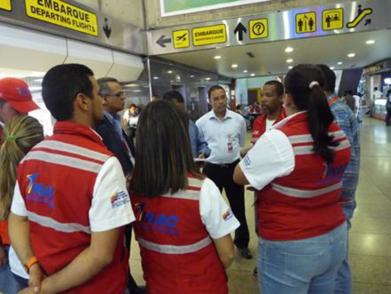 Los funcionarios del Instituto Nacional de Aeronáutica Civil, durante las inspecciones. foto edh / es.panampost.com/