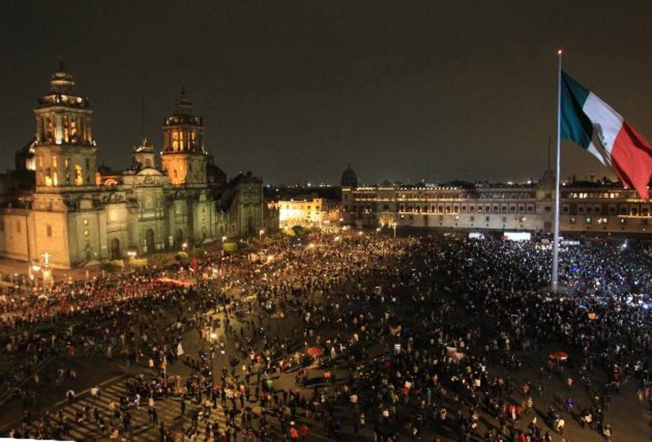 Miles de estudiantes y organizaciones civiles en el zócalo de Ciudad de México la noche del jueves durante la jornada de protestas a nivel nacional por el caso de los 43 estudiantes. foto edh / efe