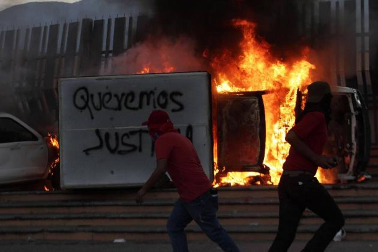 Estudiantes quemaron un vehículo fuera del Palacio de Gobierno de Guerrero en Chilpacingo, durante la protesta en apoyo a los estudiantes de Ayotzinapa. foto edh /Reuters