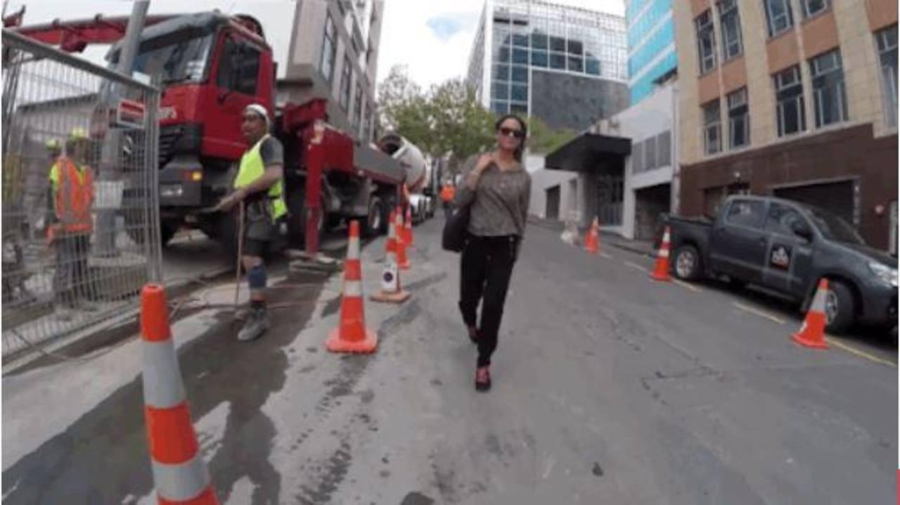 Video: Mujer copia experimento de acoso en Nueva Zelanda