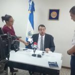 El director del IML José Miguel Fortín da a conocer los resultados del examen médico a Flores. Foto EDH / David Marroquín