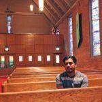 Francisco Aguirre dentro de la iglesia en Portland, Oregon.