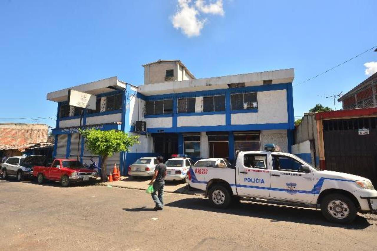 En la subdelegación de San Jacinto, policías, aseguran que el proveedor hasta ha hecho remodelaciones.