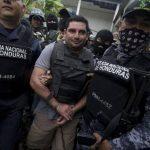 Policías trasladan a Plutarco Ruiz a los juzgados de Santa Bárbara el 20 de noviembre. edh /EFE