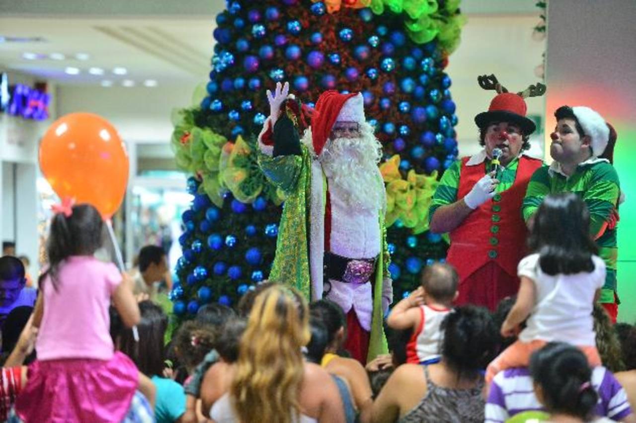El centro comercial inauguró la época navideña este fin de semana. La fiesta estuvo cargada de muchas sorpresas, entre ellas la visita de Santa Claus. Foto eh / René Quintanilla