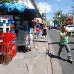 Algunas ventas informales cuentan con estructuras que también reducen el espacio en las aceras para que las personas puedan caminar en ellas.