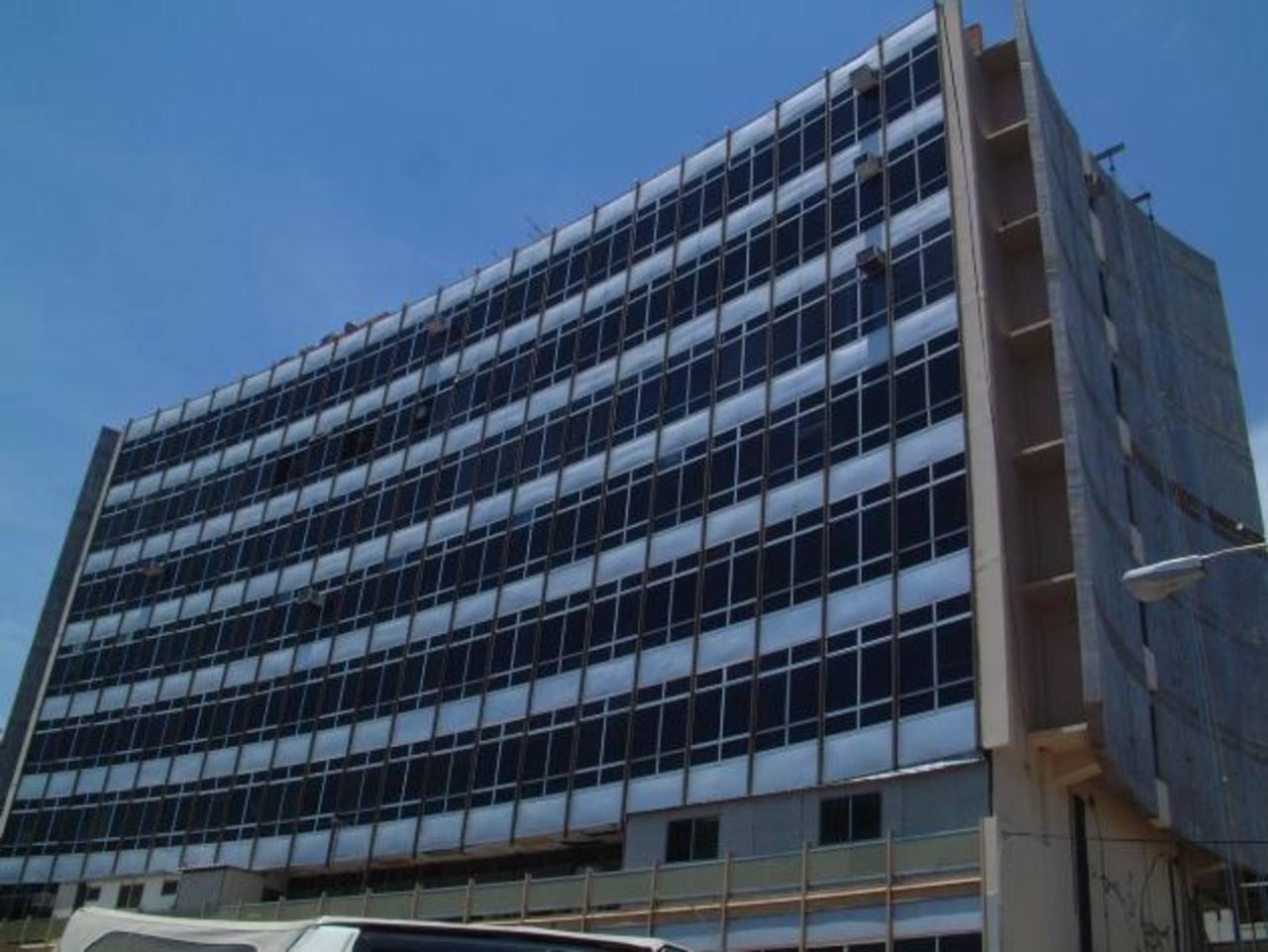 El edificio administrativo de la Asamblea Legislativa tiene bandera amarilla, según el estudio: es habitable. foto edh / Archivo