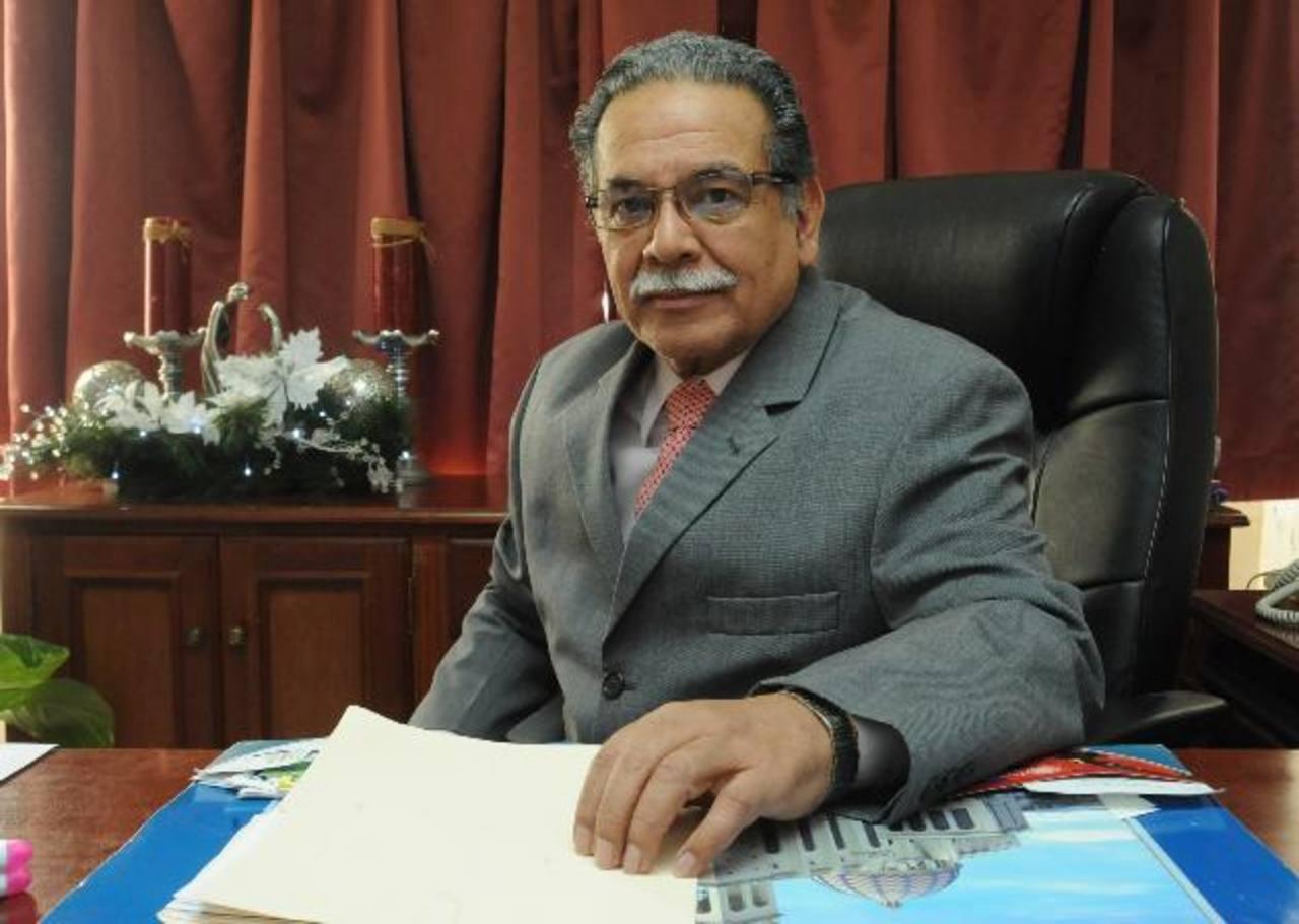 """El Dr. René Ramos es ginecólogo obstetra desde 1974, aún así se dice """"inmerecedor"""" del reconocimiento. foto edh / Lissette MONTERROSA"""