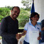 Momento en que el alcalde de San Julián entrega las escrituras a una representante del Mined. foto edh / iris lima