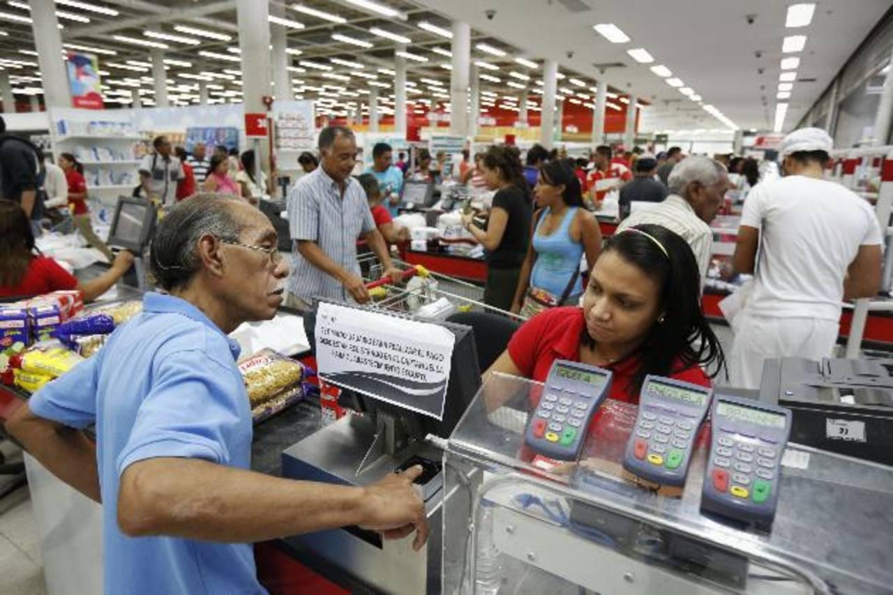 El régimen chavista también ha impuesto un sistema de captahuellas en los supermercados venezolanos. foto edh /archivo.