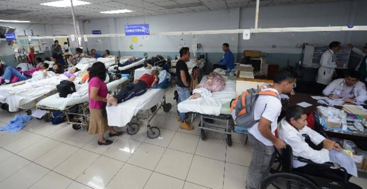 Decenas de pacientes en la Sala de Emergencias del hospital nacional Rosales. fotos edh / douglas urquilla