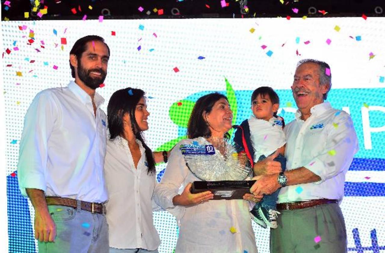 Arturo Sagrera, Jimena de Sagrera, María Eugenia de Sagrera y Ricardo Sagrera, junto a su nieto, celebraron los 10 años de logros y la expansión de esta iniciativa social. Foto edh / RENÉ QUINTANILLA.