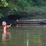Residentes a orillas del río totalmente contaminado tienen que pasarlo a pie o, a veces, en pequeñas embarcaciones para no contaminarse. fotos edh / cristian Díaz