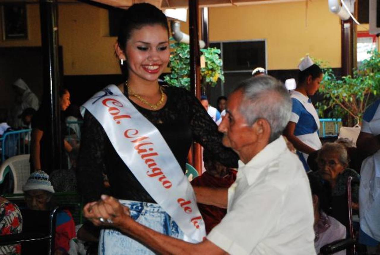 La representante de la colonia Milagro de La Paz, Mariana Rivas, bailó con los ancianos. Foto EDH / jenny ventura