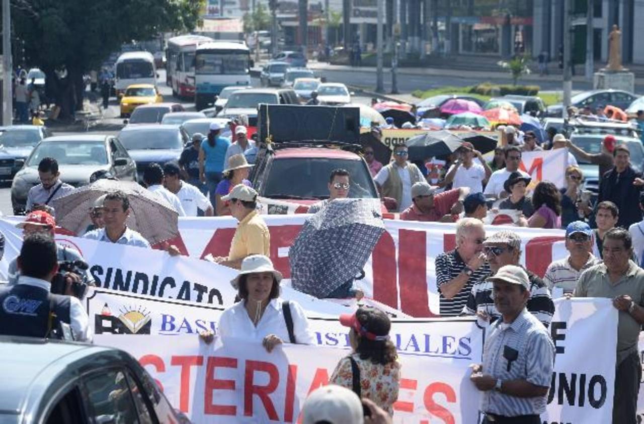 Sindicalistas y profesores marcharon ayer desde el monumento Divino Salvador del Mundo hacia la Presidencia . foto EDH / Marlon Hernández