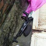 El fusil AK47 fue encontrado en uno de los pasajes de la comunidad El Pino. Hubo dos detenidos. Foto EDH / cortesía.