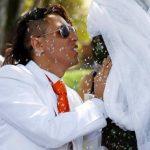 Bogotá: Joven ambientalista se casa con un árbol