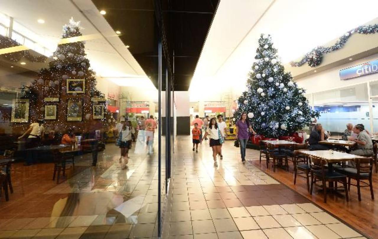 La decoración del centro comercial inspira a disfrutar la temporada de fin de año en familia. Foto EDH / Marvin Recinos