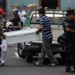 El niño Carlos Mauricio Ardón, de cinco años, murió, ayer, atropellado por el conductor de un autobús de la Ruta 41D. Según testigos, la tragedia ocurrió porque el conductor infractor manejaba a excesiva velocidad. FOTO EDH / JAIME ANAYA.