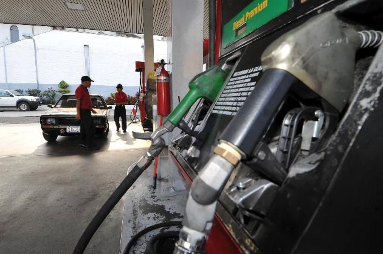 Los salvadoreños podrán aprovechar otra baja en precios del combustible. foto EDH / archivo