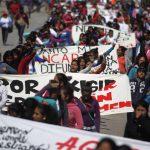 Activistas participan ayer en una marcha de protesta en Guerrero por el caso de los 43 estudiantes. Foto edh / reuters